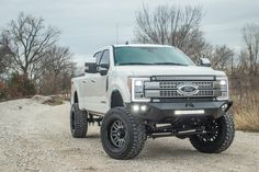 2018 Ford Super duty equipped with a Fabtech Radius Arm Lift Kit and Dirt Logic Coilovers New Trucks, Lifted Trucks, Chevy Trucks, Pickup Trucks, Black Side Bag, Ford Super Duty, Black Wheels, Lift Kits, 2019 Ford