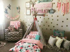 17. Modelo quarto tumblr feminino com cabaninha, adesivos de parede e poltrona