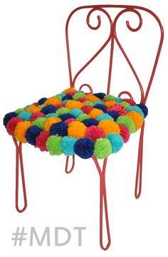 Cadeira em ferro, suporta até 50 kg. Com assento estofado e coberto de pompons. Podendo ser com outras cores, e também com bolinhas de feltro. R$ 240,00