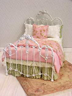 Miniature wrought iron bed with pink rose bedding Miniature Dollhouse Furniture, Dollhouse Kits, Miniature Dolls, Dollhouse Miniatures, My Doll House, Barbie House, Doll Houses, White Iron Beds, Barbie Bedroom