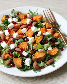 Zoete Aardappel Salade - Ik ben gek op zoete aardappel! Heerlijk om er frietjes van te bakken, maar ook door de salade zijn ze super lekker. Met feta, granaatappel pitjes en amandelen is dit de perfecte combinatie van fris… Salad Recipes, Healthy Recipes, Healthy Food, Pumpkin Salad, Feta, Cobb Salad, Good Food, Lunch, Cheese