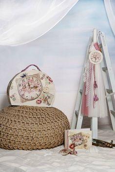 Σετ Βάπτισης ρολόι.  Το σετ περιλαμβάνει:   τη λαμπάδα της φωτογραφίας την βαλίτσα της φωτογραφίας σετ λαδόπανο ελληνικής ραφής (λαδόπανο-πετσέτα-σετ εσώρουχα) σετ λαδιού στολισμένο με κορδέλες στα χρώματα του σετ (μπουκαλάκι - σαπουνάκι - 3 κεράκια κολυμπήθρας)   Στην τιμή δεν