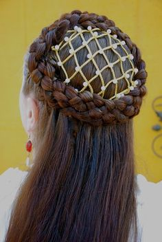 The Renaissance. That magical time of the late middle ages when all of Italy was in a state of rebirth. To the Renaissance, we attribute . Renaissance Wedding, Renaissance Fashion, Italian Renaissance, Renaissance Music, Renaissance Hairstyles, Historical Hairstyles, Corte Y Color, Tips Belleza, Hair Photo