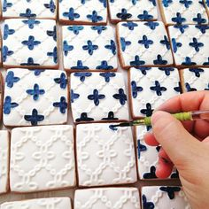 Portuguese tiles cakes and cookies are among our top sellers! This is the first design we ever made and it's still requested! These are perfect for #welcomepackages and as #weddingfavours. #tbakes #weddingseason #weddingplanning #sugarcraft #cookies #tiles #portuguesetiles #handpainted #azulejo #azulejoportuguês #bts #wip