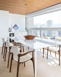 Madeira clara e vidro trazem conforto ao dúplex minimalista