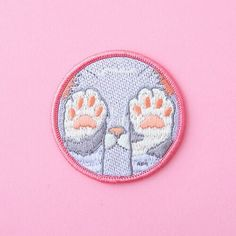 This absolutely adorable kitty patch. 21 Cute AF Embroidered Patches You'll Need In Your Life Look Patches, Cute Patches, Pin And Patches, Iron On Patches, Embroidery Patches, Embroidered Patch, Cool Pins, Fashion Mode, Badges