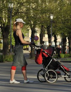 Work out triceps while pushing a stroller! Also has a few other techniques to workout abs and butt. Mommy Workout, Pregnancy Workout, Muscle Fitness, Health Fitness, Arm Muscles, Triceps Workout, Stay Young, After Pregnancy