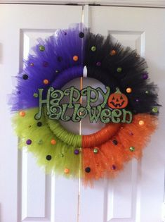 Creepily stunning DIY Halloween Wreath ideas - Hike n Dip DIY Halloween Wreaths are easy to make and can be made using simple dollar store items. Make your Halloween door decorations special with these easy wreaths Halloween Tulle Wreath, Dulceros Halloween, Adornos Halloween, Manualidades Halloween, Halloween Door Decorations, Halloween Costumes, Tulle Crafts, Wreath Crafts, Diy Wreath