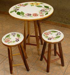 Mesa rosas - Her Crochet Mesa Retro, Ikea Stool, Mosaic Furniture, Nature Iphone Wallpaper, Painted Stools, Diy Bird Feeder, Mosaic Pictures, Decoupage Art, Mosaic Projects