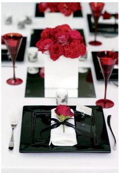 Sofisticação na mesa p com um toque de vermelho.