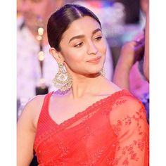 Alia Bhatt rocks the red Sabyasachi saree like a pro as she wins big at REEL Awards 2019 - HungryBoo Celebrity Makeup Looks, Celebrity Look, Celebrity Crush, Beautiful Bollywood Actress, Beautiful Indian Actress, Bollywood Style, Bollywood Actors, Bollywood Fashion, Alia Bhatt Saree