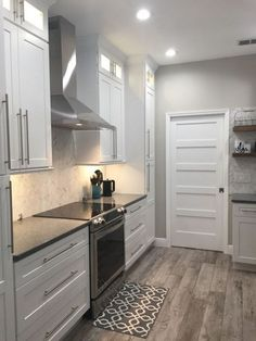 37 Top Choices of White Shaker Kitchen Cabinets White Shaker Kitchen Cabinets, Kitchen Cabinets Decor, Kitchen Hardware, Kitchen Cabinet Design, Kitchen Redo, Cabinet Decor, Kitchen Flooring, New Kitchen, Kitchen Remodel