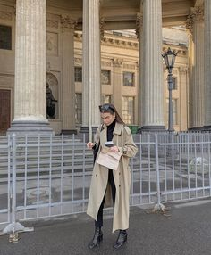 how ya doin Fall Winter Outfits, Autumn Winter Fashion, Winter Style, Mode Outfits, Fashion Outfits, Socks Outfit, Trench Coat Outfit, Look Dark, Mode Simple