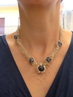Collana in filo di rame argentato, Lapislazzuli e Perle di fiume.      Necklace in silver, copper wire and beads of lapis lazuli.