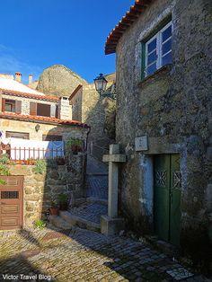 Uma das ruas da vila medieval de Monsanto. Portugal.