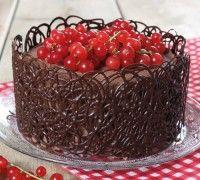 Deze prachtige chocolade taart met filigrain kun je zelf maken met de stap voor stap uitleg in ons recept. De basis van deze taart is gemaakt met de FunCakes mix voor Chocolade Biscuit.