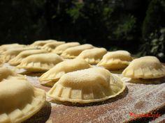 Pasta ripiena di patate e erbette aromatiche