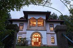 Dartagnans - Tuiles pour la forge école à Tibanesti-Roumanie La Forge, Mansions, House Styles, Home Decor, Fashion, Houses, Roof Tiles, Romania, The Mansion