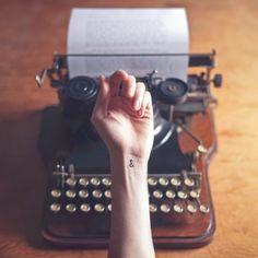 Desafio Criativo: Pequenas tattoos, grandes significados. Conheça a série 'Tiny Tattoos', por Austin Tott