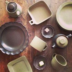 どのお皿・器もこれらが絶妙なバランスで混在し、完成されたひとつの美しい作品として、此処にあります。