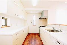 木と白でまとめたナチュラルなキッチンスペース