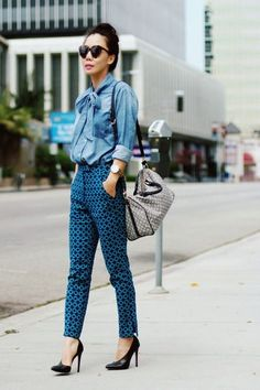 Átame. Vuelven las blusas con lazada http://chezagnes.blogspot.com/2016/09/pussy-bow-trend.html #fashion #moda #pussybow #streetstyle