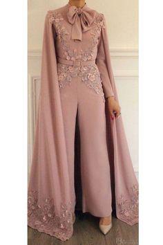 Soirée jumpsuit - İslami Erkek Modası 2020 - Tesettür Modelleri ve Modası 2019 ve 2020 Hijab Evening Dress, Hijab Dress Party, Hijab Style Dress, Chiffon Evening Dresses, Evening Gowns, Prom Dresses, Long Dresses, Abaya Fashion, Muslim Fashion