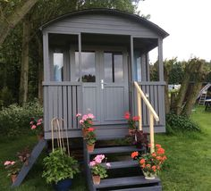 Shepherd hut and gypsy caravan from Tuin, a substantial and impressive garden building Caravan Home, Gypsy Caravan, Gypsy Wagon, Garden Huts, Arched Cabin, Gypsy Home, Garden Workshops, Shepherds Hut, Garden Buildings
