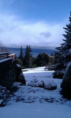 Así amaneció el parque del hotel en Bariloche una mañana de Octubre, en plena primavera.