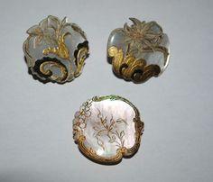 Lot de 3 boutons en Nacre avec émail doré trés anciens