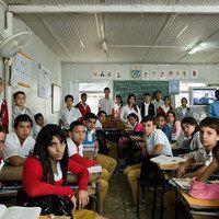 O britânico Julian Germain lançou um livro com sua série fotográfica que mostra a estrutura de diferentes salas de aula ao redor do mundo.