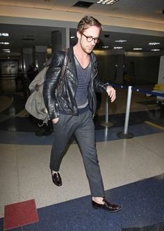 Ryan Gosling Photos - A sock-less A bespectacled Ryan Gosling touches down at LAX looking cool in a leather jacket and grey slacks. - Ryan Gosling at LAX Ryan Gosling Glasses, Ryan Gosling Style, Best Mens Fashion, Star Fashion, Fashion Tips, Men's Fashion, Fasion, Street Fashion, Fashion Design Inspiration