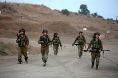 """Soldados israelíes Israel es un enemigo poderoso y no es prioridad para EI.  """"Se podría decir que Al Qaeda está más preocupada por el enemigo lejano, sobre todo EEUU y sus aliados, mientras que EI está mucho más preocupado por el llamado enemigo cercano, que son los regímenes de la región"""" """"No tiene sentido militar para ellos enfrentarse a un enemigo muy poderoso en la región como es Israel"""": Mariano Aguirre, director del Centro Noruego para la Resolución de Conflictos"""