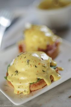 Classic Hollandaise Sauce in 1 Minute - Lakeside Table - - This fool proof method makes a rich creamy buttery classic Hollandaise sauce in 1 minute after you melt the butter. Use it on eggs Benedict, salmon, or your favorite veggies! Food Network, Recipe For Hollandaise Sauce, Poached Eggs Microwave, Sauces, Stick Of Butter, Carne, Food Processor Recipes, The Best, Gourmet