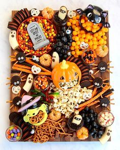 Halloween Snacks, Bonbon Halloween, Hallowen Food, Fete Halloween, Halloween Camping, Coconut Chocolate Chip Cookies, Chocolate Chip Ice Cream, Charcuterie Recipes, Charcuterie And Cheese Board