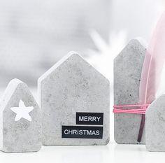 DIY: Beton-Häuser von Rayher, weihnachtlich dekoriert.  Hier erkläre ich euch, wie ihr mit DIY-Zubehör von Rayher Betonhäuser selber macht. Außerdem gibt es Ideen, um sie zu dekorieren!