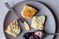 Shirley Corriher's Touch-of-Grace Biscuits added by Genius Recipes to Food 52 Fluffy Biscuits, Easy Biscuits, Savoury Biscuits, Savory Muffins, Cheese Biscuits, Buttermilk Biscuits, Diy Food Gifts, Fourth Of July Food, July 4th