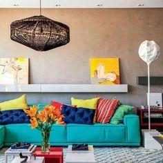 Uma profusão de cores tropicais se encontra em harmonia nesta sala de estar. O truque para encontrar o equilíbrio? Aposte na boa distribuição de pontos acesos e neutros. Aqui, a simetria descomplicada garante o bom resultado. #revistacasaclaudia #decoração #inspiração