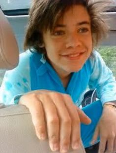 Check out 20 old, throwback photos of Harry Styles and prepare to be shook over the One Direction singer's major transformation and glo' up! Young Harry Styles, Fetus Harry Styles, Harry Styles Update, Harry Styles 2013, Harry Styles Memes, Harry Styles Baby, Harry Styles Pictures, Harry Edward Styles, One Direction Singers