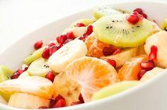 Obstsalat mit Banane, Kiwi, Mandarine und Granatapfel