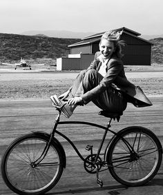 Cate Blanchett by Annie Leibovitz - Black and white photography - Smile when riding a bike Annie Leibovitz Photography, Annie Leibovitz Photos, Cycle Chic, Kate Winslet, Black And White Photography, Vintage Photos, Portrait Photography, Beautiful People, You Are Beautiful