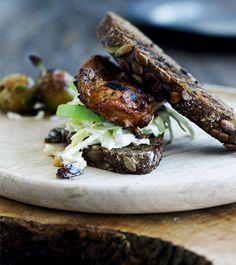 BBQ-Kyllingeburger med forårscoleslaw - Boligliv