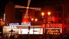"""LE FRENCH CANCAN   Le 6 octobre 1889, le Moulin Rouge ouvre ses portes et accueille pour la première fois sur sa scène des jeunes filles qui exécutent une danse pas comme les autres !  le Quadrille. Des figures révolutionnaires, des frou-frou, des cris, un rythme endiablé,… des jupes qui se soulèvent pour montrer les jambes des jeunes danseuses et qui dévoilent leurs culottes.  Ces danseuses étaient bien souvent des """"amateurs"""", qui, dans la journée, pratiquaient les métiers de lavandière, de…"""