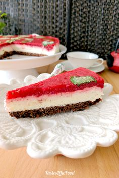 Summer dessert number one: this heavenly cake is a light version of strawberry, vanilla and chocolate flavored ice cream, with a mint notch that adds a fresh finish to this trio. White Chocolate Mousse, Chocolate Topping, Chocolate Flavors, Melting Chocolate, Summer Desserts, Fun Desserts, Delicious Desserts, Strawberry Mousse Cake, Vanilla Mousse