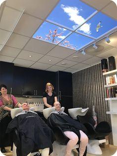 Wyposażenie gabinetu fryzjerskiego w postaci świetlików LED Lumlyxa relaksują klientki i sprawiają, że bardzo chętnie wracają. Salon fryzjerski z dekoracją sufitową.