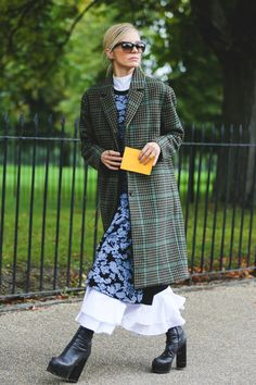 The Best Street Style At London Fashion Week Cool Street Fashion, Street Chic, Look Fashion, Womens Fashion, Fashion Design, Fashion Trends, Fashion Wear, Fashion Inspiration, Fashion Outfits