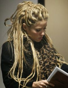 """Girls With Dreadlocks Anyone have dreads ? We have selected some pretty good photos, we called the """"Fashion for dreadlocks"""". Loose Dreads, Fake Dreads, Dreads Girl, Soft Dreads, Dread Hairstyles, Pretty Hairstyles, Shakira Hair, Pretty Dreads, Short Hair Dont Care"""