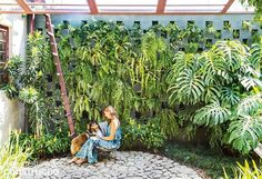 A visão do jardim e a presença de detalhes que revelam o passado da antiga construção contam a história desta reforma e o apreço de um arquiteto pela beleza natural das coisas