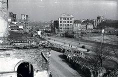 Plac Bankowy po wojennych zniszczeniach i rozbiórkach w 1948 r. Żelbetowa konstrukcja w głębi pośrodku to resztki centrali telefonicznej