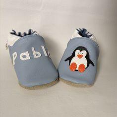 Chaussons cuir souple personnalisés bleu ciel, motif pingouin et prénom brodé maintenant